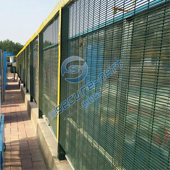 What are the advantages of using mesh fence?